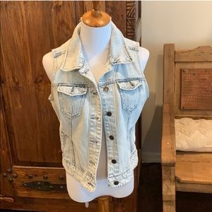 EUC Jean vest acid washed. Super trendy!